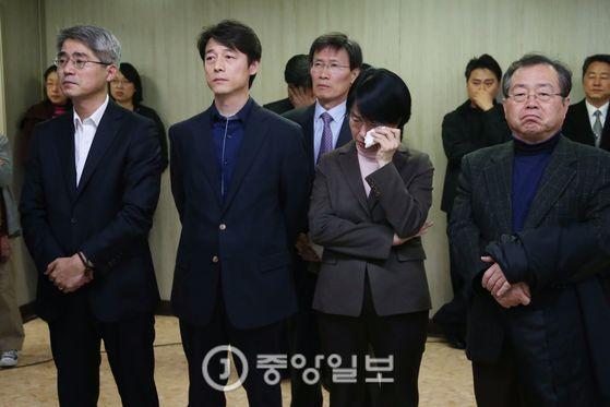 지난 2012년 안철수 당시 대선 후보가 사퇴 기자회견을 할 당시 조광희 비서실장(사진왼쪽) [중앙DB]