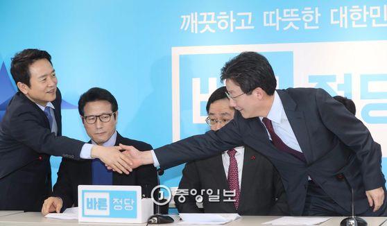 바른정당 대선 후보에 도전한 남경필 경기지사(맨 왼쪽)와 유승민 의원(맨 오른쪽)