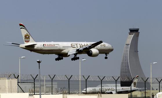 미국이 탑승객의 전자기기 반입 금지 조치를 내린 UAE 아부다비 공항에서 에티하드 항공 비행기가 이륙하고 있다. [아부다비 AP=뉴시스]