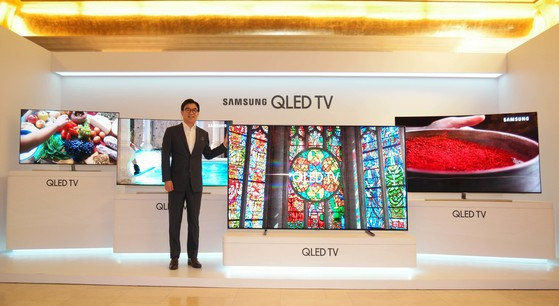 김현석 삼성전자 사장은 21일 서울 역삼동 라움아트센터에서 열린 '삼성 QLED TV 미디어데이'에서 퀀텀닷 나노기술이 적용된 'QLED TV'와 초고화질(UHD) TV 신제품을 공개했다. [사진 삼성전자]