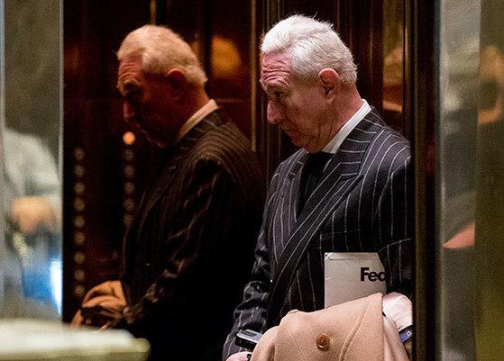지난해 12월 6일 미국 뉴욕 트럼프타워 엘리베이터에 타고 있는 로저 스톤. [뉴욕 AP=뉴시스]