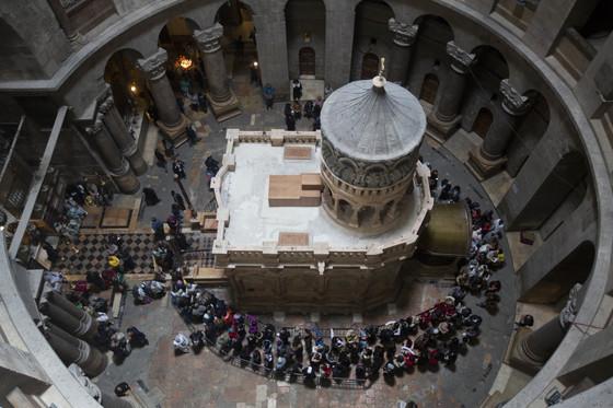 21일(현지시간) 이스라엘 예루살렘 성묘교회의 가운데 있는 예수 무덤을 보기 위해 방문객들이 줄을 서 있다. [예루살렘 AP=뉴시스]