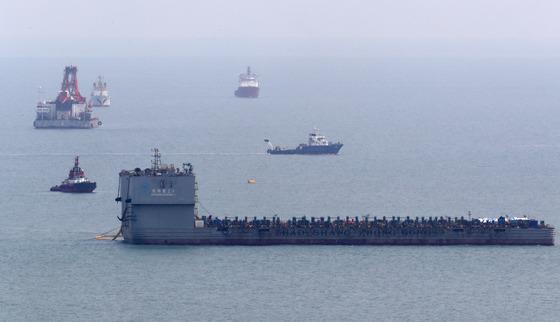 세월호 시험인양 작업이 시작된 22일 세월호 침몰 해역인 전남 진도군 동거차도 앞바다에서 잭킹바지선이 세월호 인양작업을 준비하고 있다. [사진 오종찬 기자]
