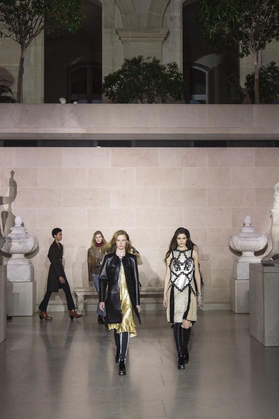 7일 파리 루브르 박물관에서 열린 루이비통 2017 FW 컬렉션