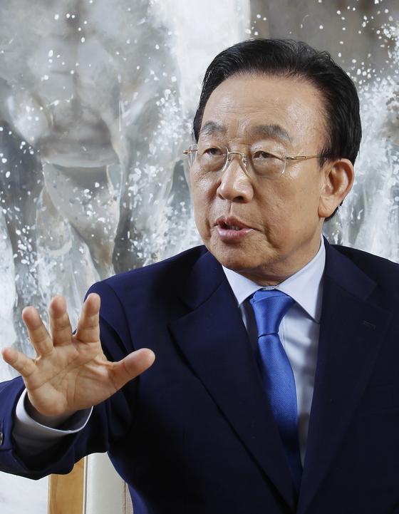 김관용 경북도지사는 공론의 장에서 토론을 통해 갈등 현안을 해소해야 한다고 말한다.