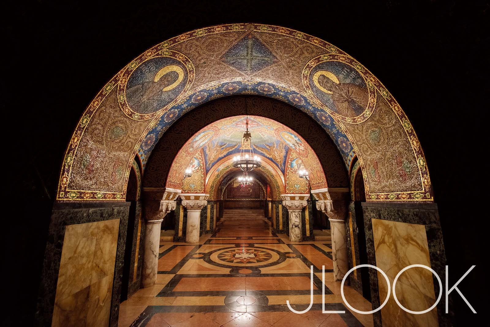 카라조르제비치(Karadjordjevic) 왕가가 묻힌 교회 지하 무덤. 4천만 개의 모자이크 돌로 내부가 장식됐다. 베오그라드 남쪽으로 100km 떨어진 오플레나츠에 위치한다.