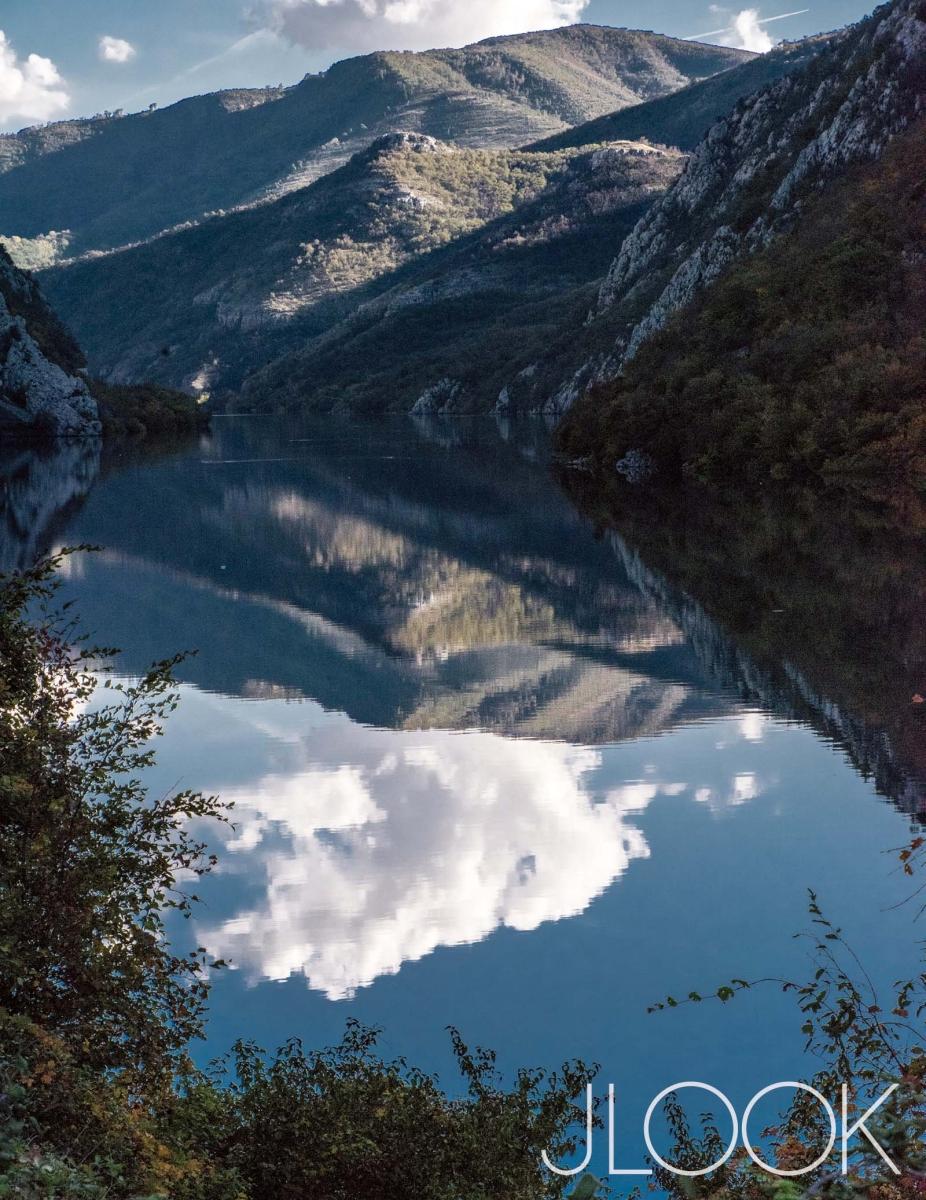 모스타르(Mostar)로 가는 길. 강 따라 구불구불한 산길을 넘다 보면 이런 풍경도 만난다. 새하얀 구름이 눈부시다.