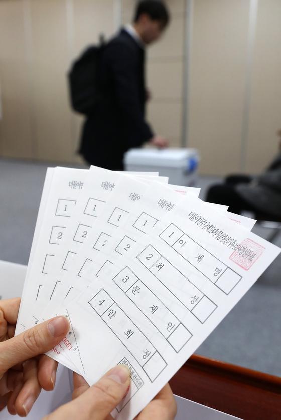 더불어민주당 제19대 대통령선거 후보자 선출을 위한 경선 첫 투표가 22일 서울 서소문 서울시 의원회관 별관 대회의실에 마련된 중구 투표소에서 당원 및 국민 신청자를 대상으로 진행되고 있다. [사진 중앙포토]