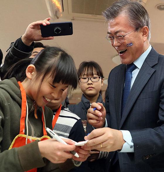 더불어민주당의 문재인 대선 경선 후보가 22일 서울 대영초등학교를 찾아 학생들을 만났다. [사진 오종택 기자]