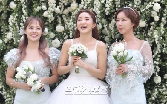 23일 결혼식을 올린 'S.E.S'의 바다(가운데) [사진 일간스포츠]