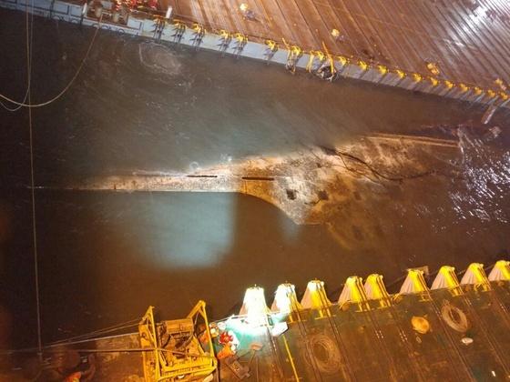 진도 해상에서 침몰한 세월호가 23일 오전 3시45분쯤 스태빌라이저로 추정되는 세월호 구조물 일부가 육안으로 수면 위에서 관측됐다. [사진 해양수산부]