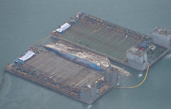 진도 동거차도 인근 해상에 침몰한 세월호가 사고 발생 1072일 만에 수면 위로 떠 올랐다.,세월호는 13m까지 부양된 뒤 반잠수식 바지선에 실려 목포신항 철재부두에 거치될 예정이다. 김상선 기자