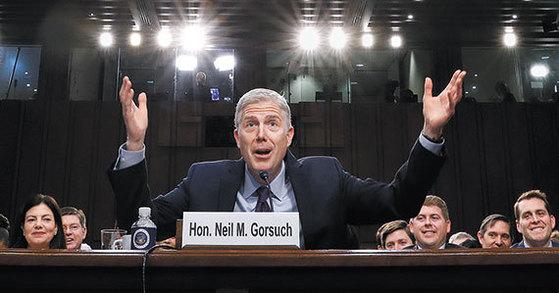 미국 연방대법원 대법관 후보 닐 고서치는 21일 진행된 청문회 내내 트럼프와 관련한 질문을 집요하게 받았지만 '법치주의' 원칙을 강조했다. [워싱턴 AP=뉴시스]