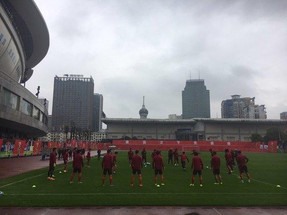 허룽스타디움에서 훈련하는 중국 팀. [사진 송지훈 기자]