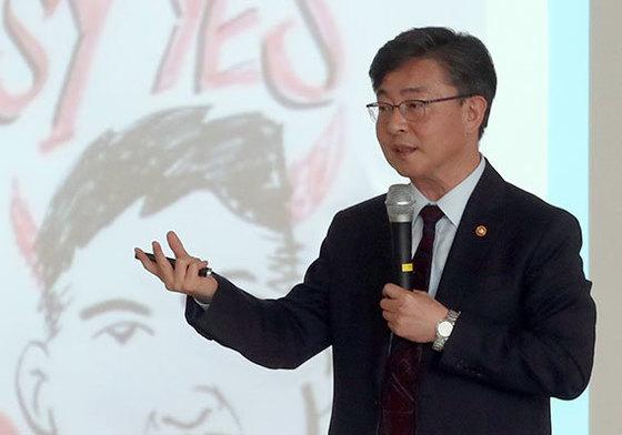홍용표 통일부 장관이 22일 숙명여대에서 한반도 평화와 통일을 주제로 특강을 하고 있다. [사진 최정동 기자]