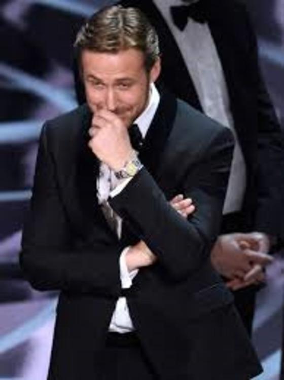 사회자가 아카데미 작품상을 '라라랜드'에서 '문라이트'로 발표하자 웃음짓고 있는 고슬링.