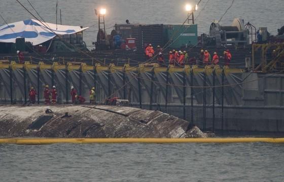 세월호 침몰 1073일째에서야 드디어 모습을 드러냈다. 23일 오전 중국 인양업체인 상하이샐비지의 선원들이 세월호에 고박작업을 하기 위해 분주히 움직이고 있다.