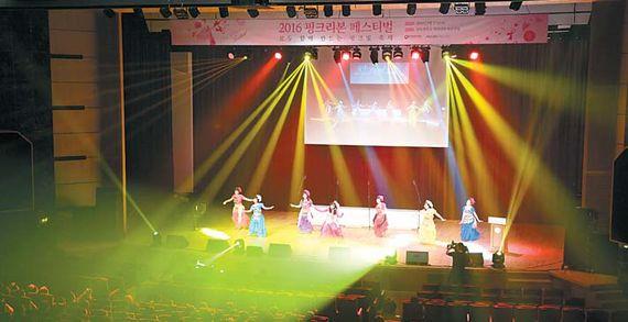 2016 핑크리본 페스티벌 공연에서 국립암센터 민들레회가 벨리댄스를 선보이고 있다.