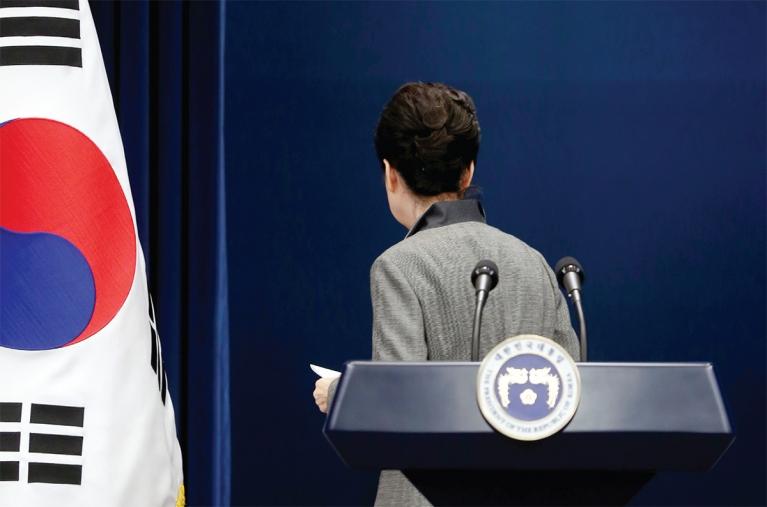 지난해 11월 29일 당시 박근혜 대통령이 청와대 브리핑룸에서 대국민 담화문을 발표한 후 회견장을 떠나고 있다.
