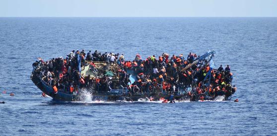 아프리카에서 유럽으로 향하는 난민들. [AP=뉴시스]