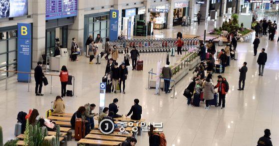 중국 관광객의 발길이 뜸해져 한산해진 인천국제공항 입국장 [중앙포토]