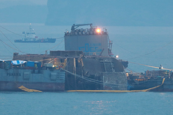 24일 오전 전남 진도군 맹골수도에서 세월호 인양작업이 진행 중이다. 선체가 해수면 위로 12m 가량 올라와 있다.[사진 공동취재단]