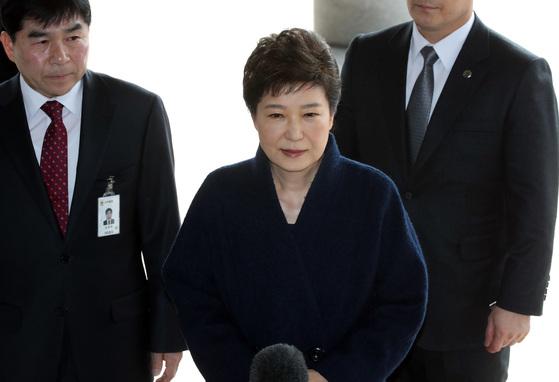박근혜 전 대통령이 지난 21일 서울중앙지검에 출두하는 모습 [중앙포토]