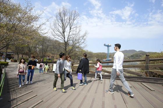 분당신도시의 대표 공원인 율동공원에는 산책로와 레저시설이 있어 시민들이 즐겨 찾는다.