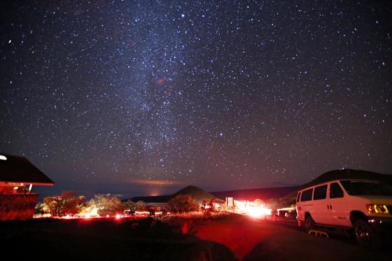 하와이아일랜드의 진가는 밤에 드러난다. 세계 각국이 운영 관리하는 천문대가 집결해 있는 별 관측 명소 마우나케아의 밤하늘에 수천 수만 개의 별이 떴다.