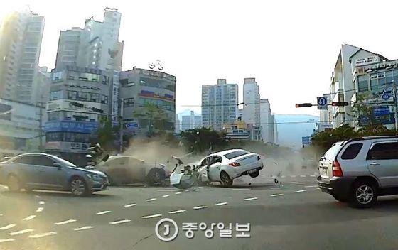 부산 해운대구 좌동 해운대문화회관 앞 사거리에서 7중 추돌 사고가 발생, 차량 탑승자 홍모(43ㆍ여)씨 등 3명이 숨졌다. [중앙포토]