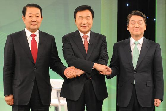 국민의당 대선주자들이 22일 오후 대선후보 경선토론회 시작 전 손을 맞잡고 기념촬영을 하고 있다.