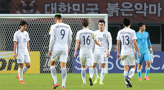 한국 축구가 중국 창사에서 치욕을 당했다. 시종일관 무기력한 경기 끝에 중국에 무릎을 꿇었다. 한국축구가 중국에 패배한 것은 지난 2010년 2월 이후 7년1개월 만이다. 중국 원정에서 진 것은 이번이 처음이다. 망연자실한 표정으로 고개를 떨군 한국 선수들. [창사(중국)=뉴시스]