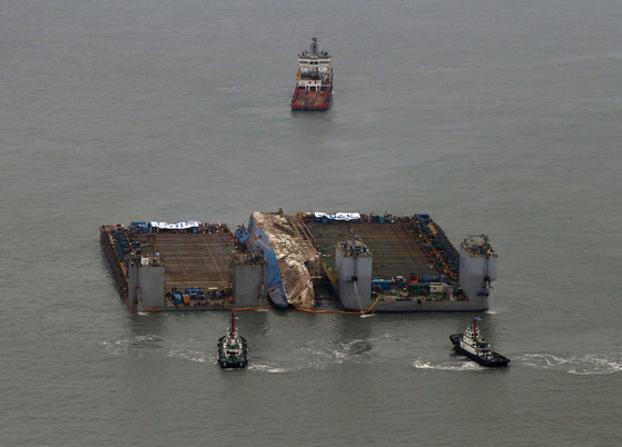 바지선에 고정된 세월호가 반잠수식 선박을 향해 예인되고 있다. 사진공동취재단