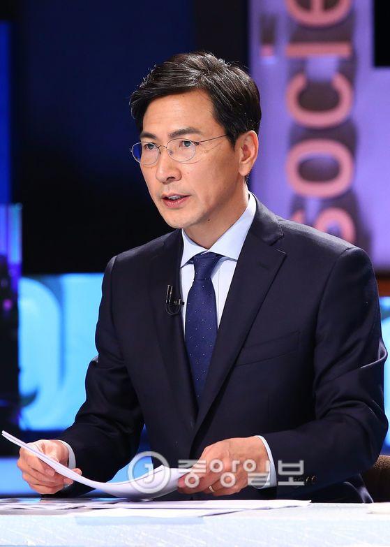 더불어민주당 대선후보인 안희정 충남지사가 21일 오후 서울 마포구 상암MBC에서 진행한 100분 토론 녹화에서 토론을 준비하고 있다.