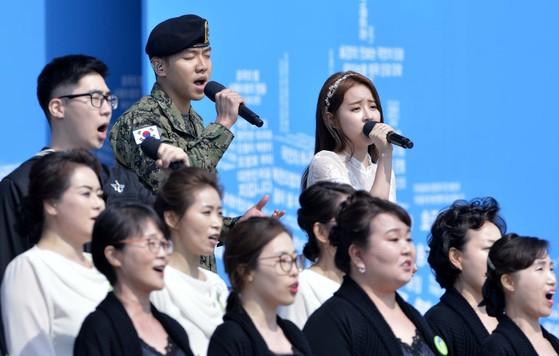 군 복무중인 가수 이승기 상병이 24일 오전 국립대전현충원에서 거행된 '제2회 서해수호의날 기념식'에 참석 추모 공연을 하고 있다.