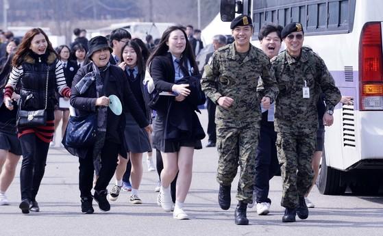 군 복무중인 가수 이승기 상병이 24일 오전 국립대전현충원에서 거행된 '제2회 서해수호의날 기념식'에 참석 추모 공연을 마친 뒤 따라오는 팬들을 피해 달려오고 있다.