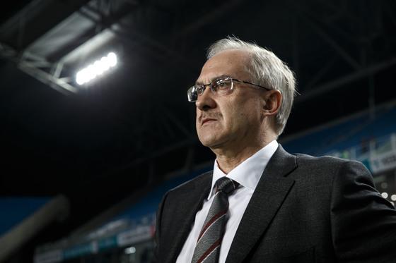 패배의 책임을 짊어지지 않으려하는 슈틸리케 감독의 태도가 논란을 낳고 있다. [일간스포츠]
