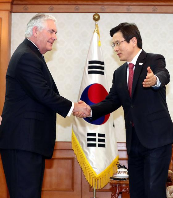지난 17일 렉스 틸러슨 미국 국무장관(왼쪽)과 서울에서 만난 황교안 대통령 권한대행. [중앙포토]