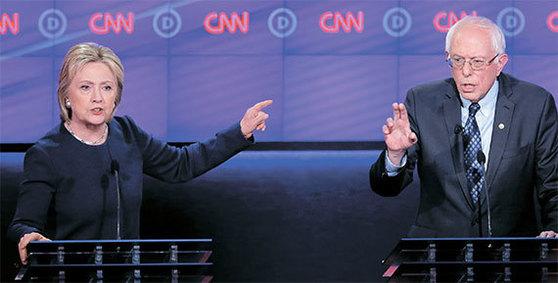 지난해 3월 미국 미시간주에서 열린 민주당 경선 토론회에서 힐러리 클린턴 후보(왼쪽)와 버니 샌더스 후보가 토론을 벌이고 있는 모습. [로이터=뉴스1]