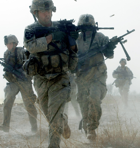 2010년 2월 아프가니스탄 탈레반 소탕 작전에 투입된 미군 병사들[바둘라 쿨프 AP=뉴시스]
