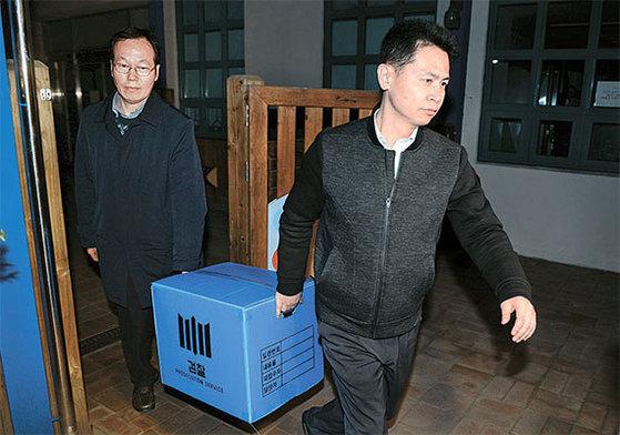 검찰 관계자가 24일 서울 창성동 특별감찰반 사무실에서 압수품을 들고 나오고 있다. [뉴시스]