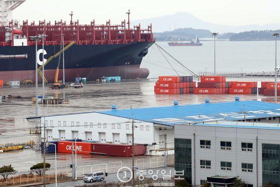 반잠수선에 세월호 선적이 완료된 25일 오후 옮겨온 세월호가 거치될 목포신항 철재부두 전경 [사진=우상조 기자]