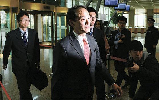 스즈키 히데오 주한 일본대사관 총괄공사(왼쪽에서 둘째)가 24일 서울 외교부 청사에 들어오고 있다. 정부는 이날 왜곡된 고교 교과서를 검정 통과시킨 데 대한 항의로 히데오 총괄공사를 초치했다. [뉴시스]