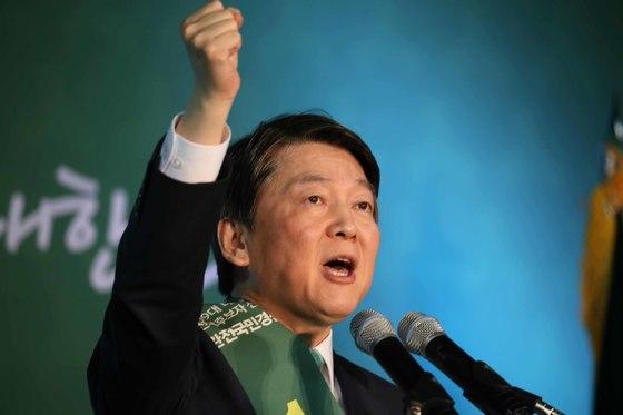 안철수 전 국민의당 공동대표가 25, 26일 양일간 진행된 전북, 광주·전남·제주 경선에서 잇따라 압승을 거뒀다. [중앙포토]