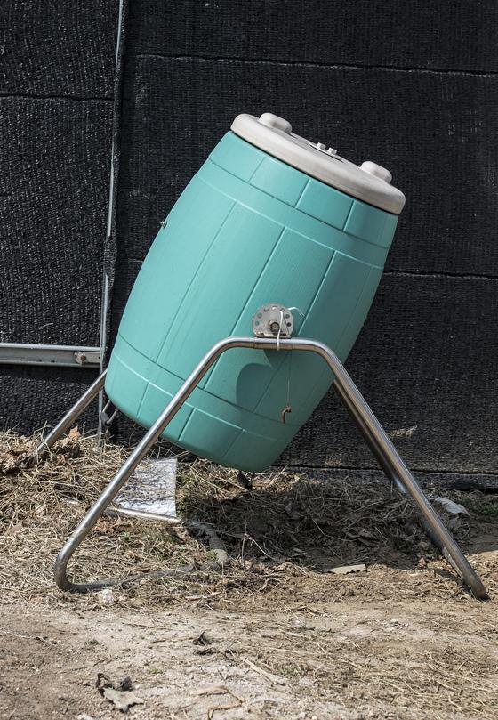안씨가 고안한 친환경 음식물 퇴비통.밭에뿌릴 거름으로 쓴다. 인분에 톱밥이나 왕겨를 1.5~2배 정도 넣고 발효시키면 냄새가 거의 나지 않는다.