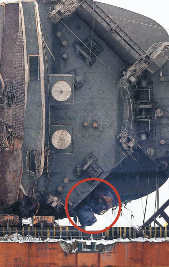 26일 반잠수 선박에 실려 있는 세월호 선미 부분에 사고 당시 적재돼 있던 승용차와 중장비(원 안)가 보인다. [사진 김상선 기자]