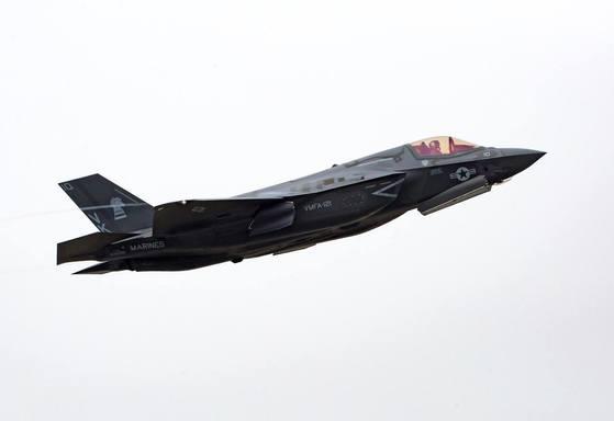 스텔스기 F-35B 라이트닝 II가 23일 일본 이와쿠니항공기지를 이륙하는 모습. [사진 주한미군사령부]