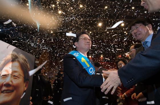 (서울=포커스뉴스) 28일 오후 서울 송파구 올림픽공원 올림픽홀에서 열린 바른정당 19대 대통령 후보자 선출대회에 참석한 유승민 의원이 대선 후보로 선출된 후 참석자들과 인사하고 있다.