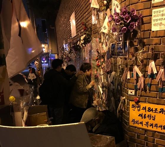29일 새벽. 박 전 대통령 자택 앞에 모인 지지자들은 '구속 반대'를 외쳤다.
