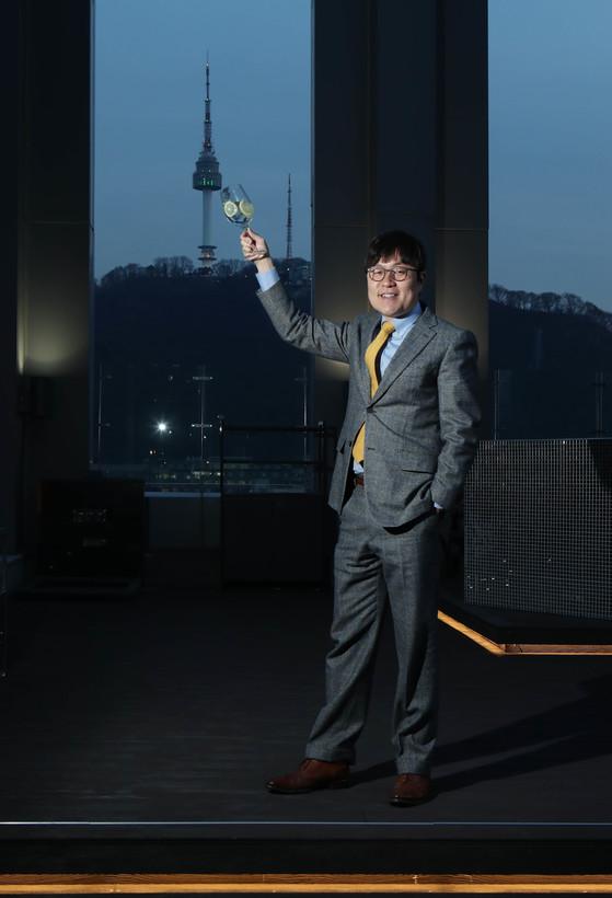 박형진 어반딜라이트 대표가인스타그램에서 유행하는 '남산과 한 잔' 포즈를 취했다. 신인섭 기자